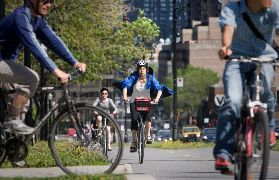 En 2006, 35 % des cyclistes montréalais avaient accès à une piste cyclable. En 2010, cette proportion avait grimpé à 55 %. La Ville investit en moyenne 10 millions par année dans l'aménagement de voies cyclables.