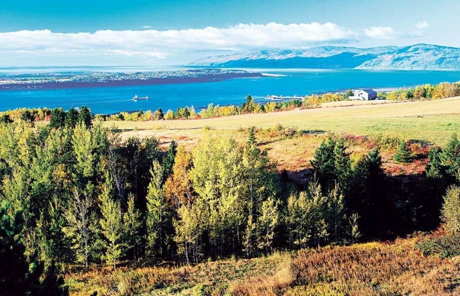 Par l'entremise d'objets d'études intégrateurs, comme les changements environnementaux et la protection et la valorisation des paysages, elle contribue à des enjeux actuels de nos sociétés. Sur la photo, le paysage de la région de Charlevoix, dont les collines ont alimenté l'imaginaire collectif des Québécois.