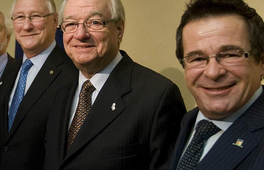 En novembre 2011, le maire Jean-Marc Robitaille (complètement à droite sur notre photo) avait refusé de répondre aux questions des journalistes qui lui avaient demandé s'il avait séjourné sur le Touch. Il avait nié toute relation d'amitié avec Tony Accurso, tout en reconnaissant que leurs routes s'étaient croisées au cours de sa carrière.