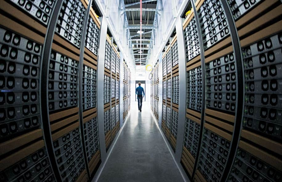Le centre de serveurs de Facebook, en Suède. Le droit fondamental à une intimité sans encombre est rendu caduc par l'usage abusif des avancées technologiques par les États et par des entreprises dans leurs activités de surveillance.