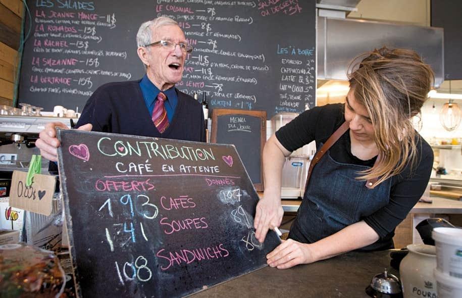 Pour Julie Gilbert, propriétaire du café montréalais Ô deux sœurs, dans Rosemont, les cafés «suspendus» qu'elle offre depuis quelques mois créent un lien entre ses clients réguliers et ceux qui sont dans le besoin.