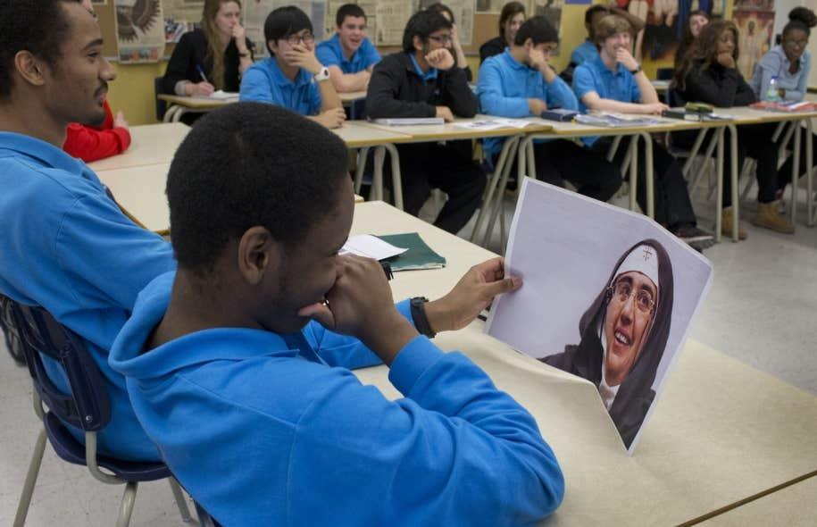 Des jeunes de 5esecondaire de l'école montréalaise Georges-Vanier. Les points de vue sont divisés, mais une certaine majorité d'élèves semble pencher du côté anti-charte, ou plutôt anti-interdiction des signes religieux.