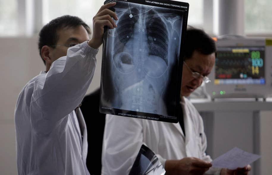 Réparer les vivants plonge en apnée dans le monde médical, si composite, si sacré, si respectueux des proches et néanmoins hypertechnique.