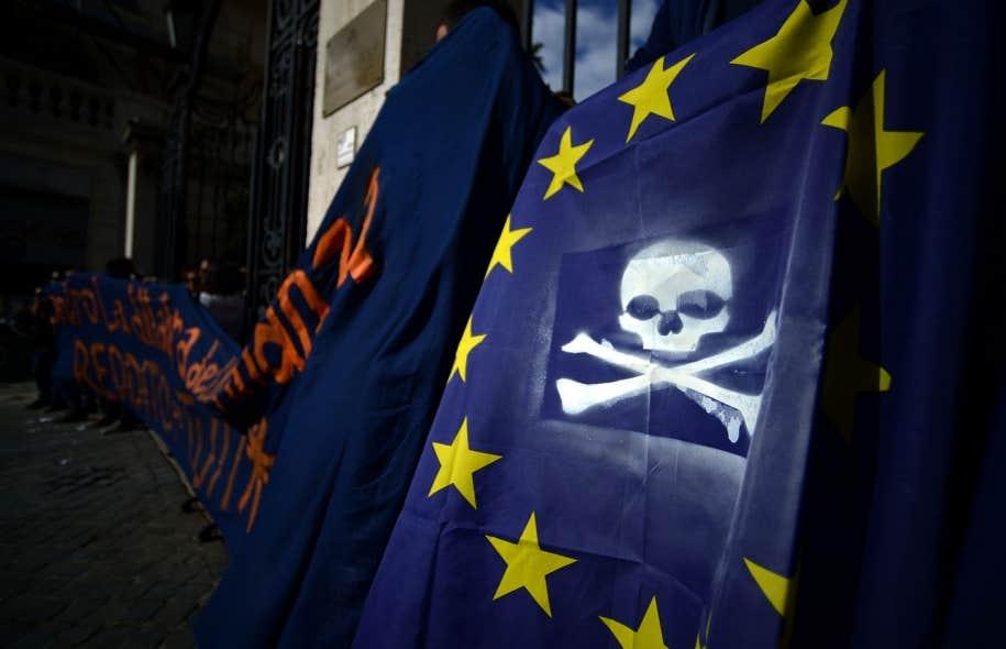 Ce drapeau européen a été trafiqué par des manifestants qui jugent que l'austérité est un poison. Le dernier rapport du FMI indique en tout cas qu'elle ne sert pas les plus pauvres.