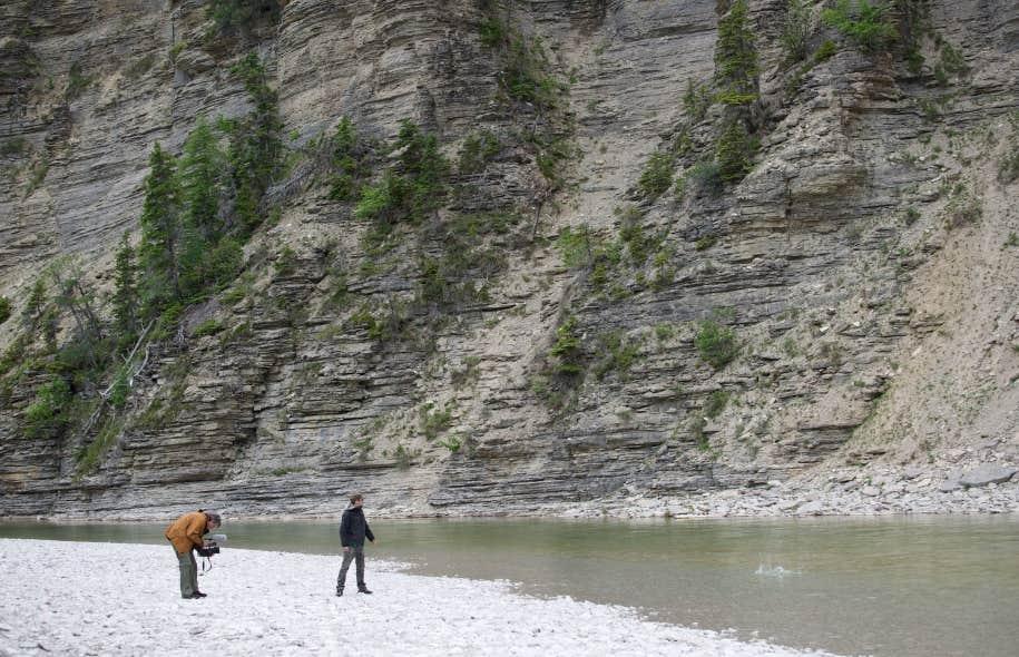Le metteur en scène et réalisateur Dominic Champagne en train de filmer au bord de la rivière Jupiter, sur l'île d'Anticosti, en compagnie de son fils Jules.