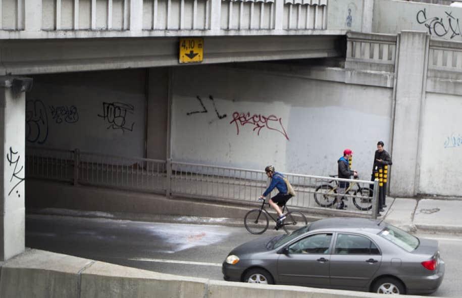 C'est à cet endroit, à l'entrée d'un tunnel de la rue Saint-Denis, à Montréal, qu'une cycliste est décédée après avoir été renversée par un camion lundi matin.