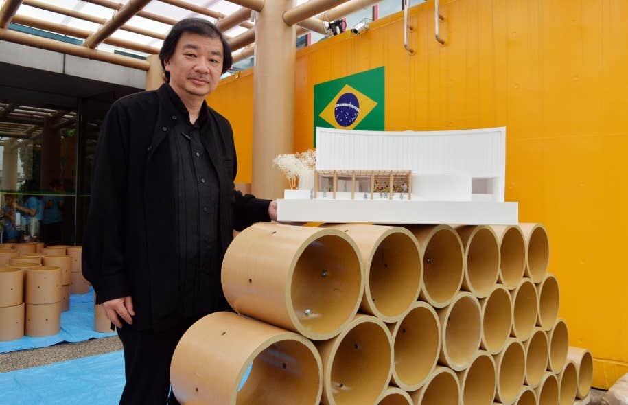 L'architecte Shigeru Ban présente une maquette de son pavillon éphémère à l'ambassade brésilienne à Tokyo.