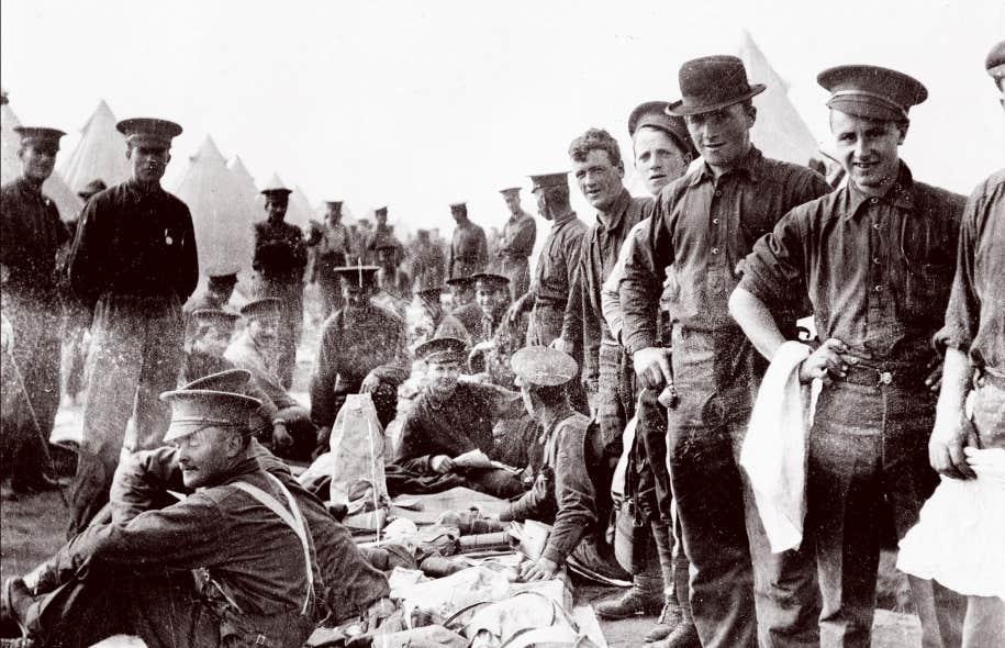 Certains Canadiens français ont choisi de s'enrôler dans la Légion étrangère française plutôt que d'avoir à répondre aux ordres britanniques, comme ces soldats de Valcartier.