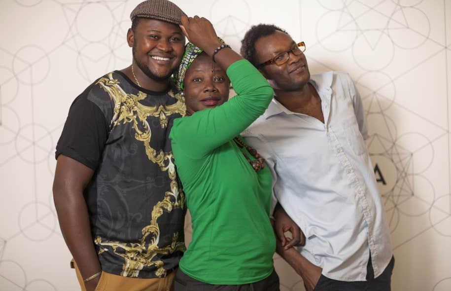 Bibish Marie Louise Mumbu entourée de l'auteur-comédien Papy Maurice Mbwiti (à gauche) et du poète, nouvelliste et dramaturge Fiston Nasser Mujila