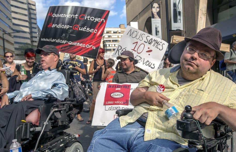 Le fondateur du mouvement Handicap-Québec, Richard Guilmette, de même qu'une soixantaine de personnes ont manifesté, dimanche après-midi, à Montréal.