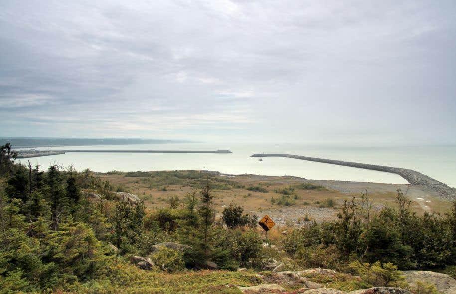Le port pétrolier que souhaite construire TransCanada doit s'avancer sur plus de 500 mètres dans les eaux du Saint-Laurent, à partir de la base du brise-lames qu'on aperçoit sur la droite de notre photo. L'entreprise compte également utiliser les terrains non développés situés au premier plan.