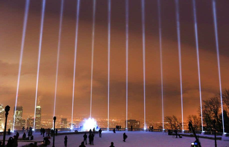 Aux alentours de 16 h, 14 faisceaux lumineux se sont allumés en direction du ciel, un hommage poignant aux victimes de la tragédie de Polytechnique, signé Moment Factory.
