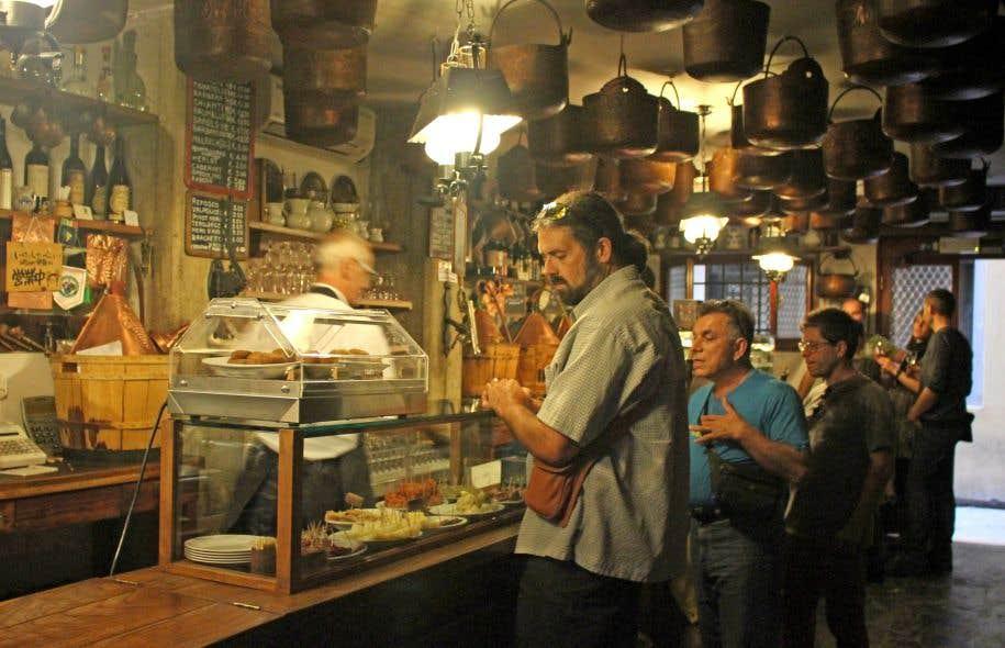 La Cantina do Mori est bien connue pour ses francobolli, de petits sandwichs pas de croûte garnis de viande froide, de gorgonzola, etc.
