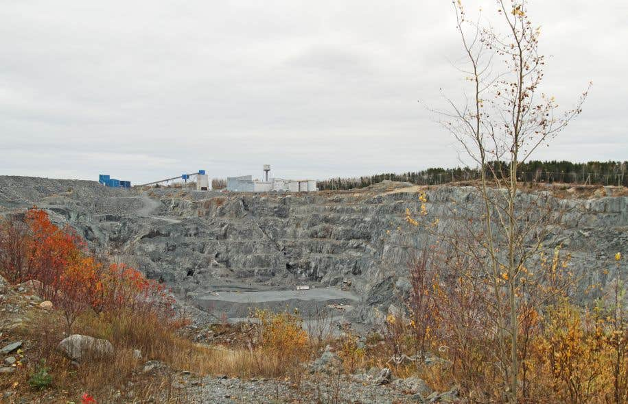 La facture totale pour la restauration des sites miniers orphelins équivaut en outre à se priver complètement de redevances pendant une décennie