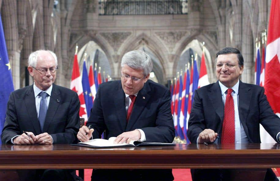 Le 26 septembre 2014, Herman Van Rompuy, Stephen Harper et José Manuel Barroso signaient l'Accord économique et commercial global, dont les termes avaient été négociés durant cinq ans.
