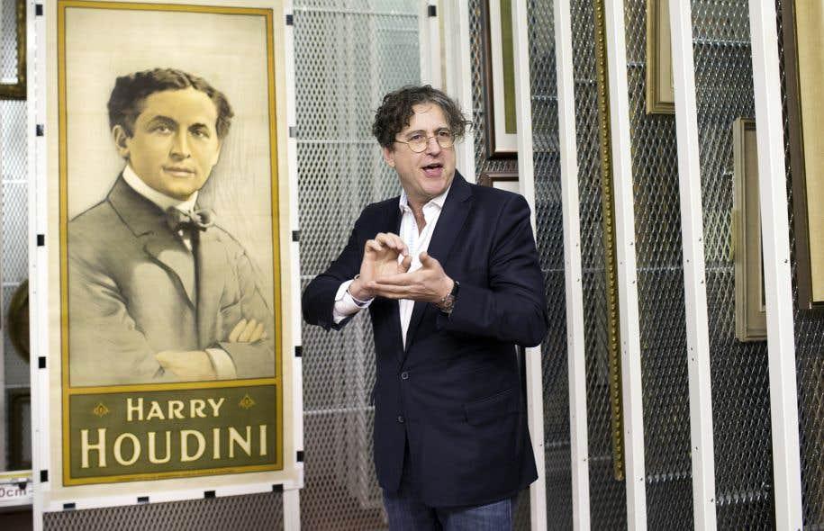 David Ben, reconnu comme «une sommité mondiale» de l'histoire de la magie, devant une des affiches du magicien Harry Houdini qui fait partie du don de la fondation Emmanuelle Gattuso.