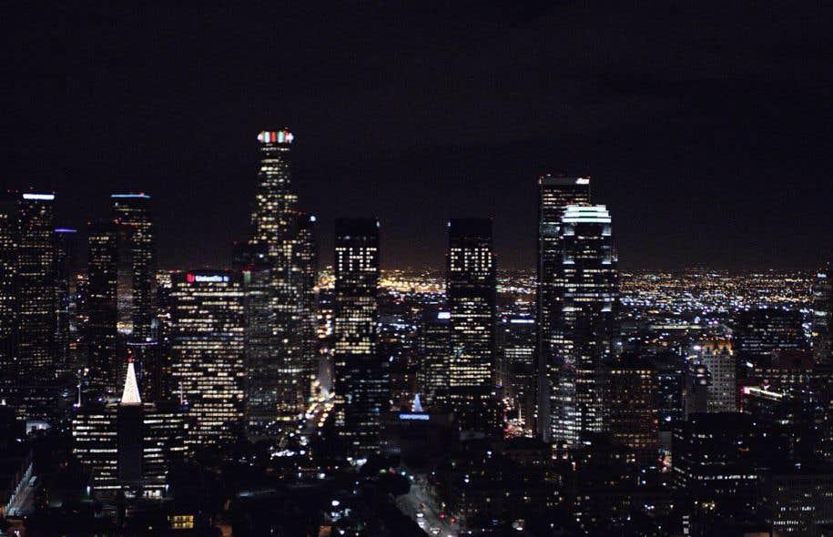 La ville la nuit le doute le devoir for Piscine eclairee la nuit