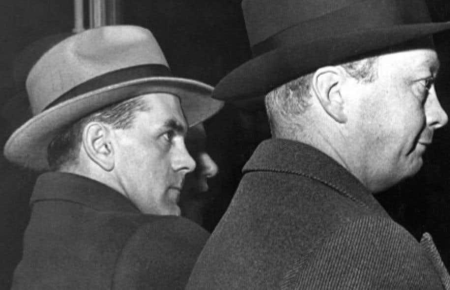 Le 17 mars 1955, Maurice Richard est assis au côtés du docteur Gordon Young, un employé des Canadiens de Montréal, pour assister à une partie contre les Red Wings de Detroit tandis qu'à l'extérieur l'émeute fait rage. À la fin de première période, la partie est arrêtée.
