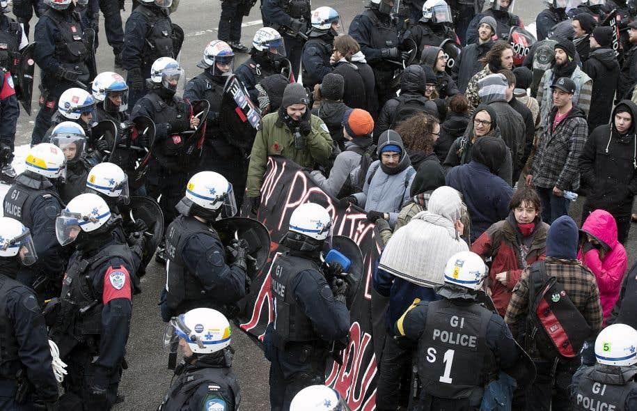 Des centaines de manifestants, dont de nombreux étudiants, se sont opposés à la brutalité policière dans les rues de Montréal, le 15mars dernier.