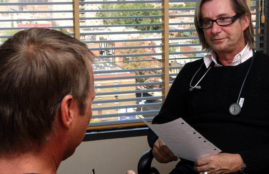 Depuis que le projet de loi 20 fait les manchettes, les médecins de l'Actuel sont inquiets, relate le Dr Réjean Thomas (à droite sur notre photo).