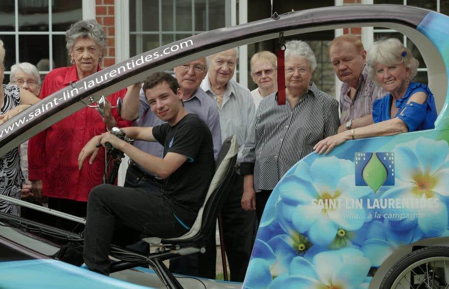 L'organisme «Un vélo, une ville» propose des services de transport aux personnes âgées à bord de triporteurs conduits par de jeunes raccrocheurs.