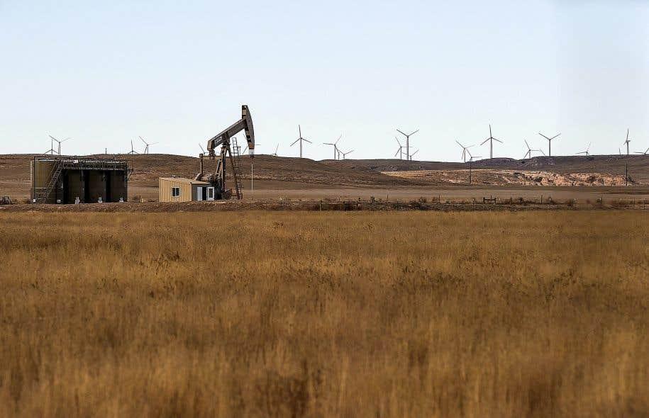 L'étude tient compte des effets néfastes sur la santé et l'environnement qui engendrent des coûts importants pour les gouvernements. Ci-dessus, un site d'extraction de pétrole et de gaz entouré de champs, au Colorado.