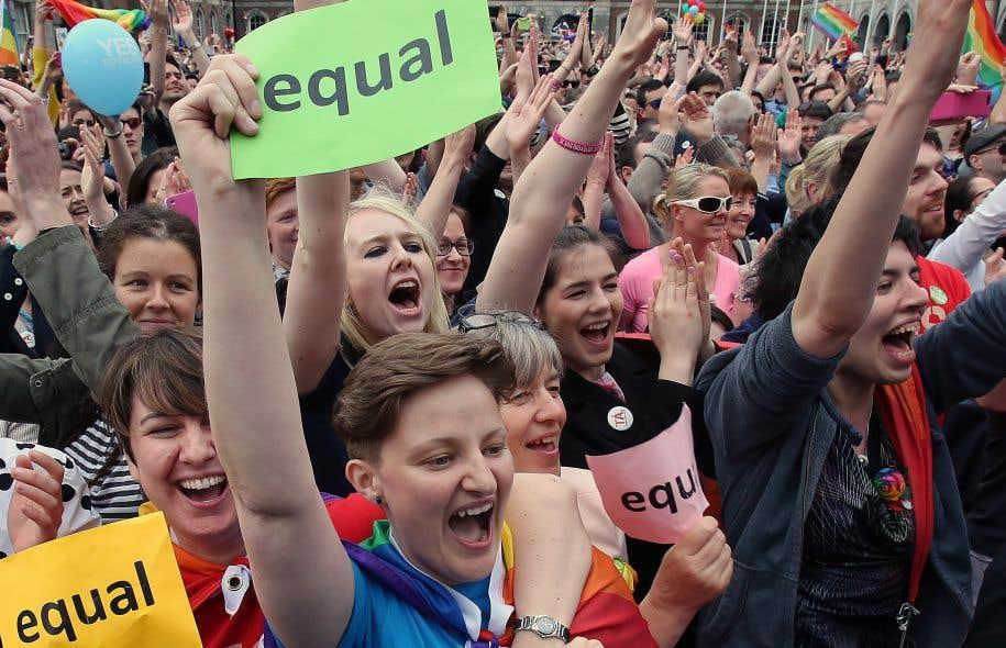 De nombreuses personnes, rassemblées devant le château de Dublin, ont célébré vivement les résultats du référendum sur le mariage pour tous, samedi.
