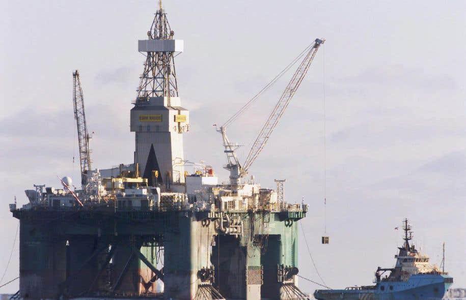 La plateforme flottante d'exploration pétrolière Eirik Raude, au large de Terre-Neuve, au cours des années 2000.