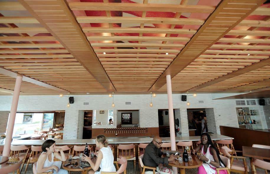La brasserie Harricana profite d'un environnement élégant, avec beaucoup d'espace et du bois omniprésent.
