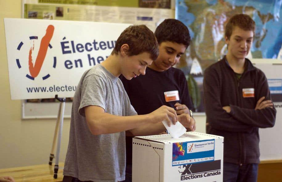 L'INM propose entre autres de créer un cours d'éducation à la citoyenneté en troisième secondaire. Ci-dessus, des élèves du Collège international Marie-de-France participent à une simulation de vote.
