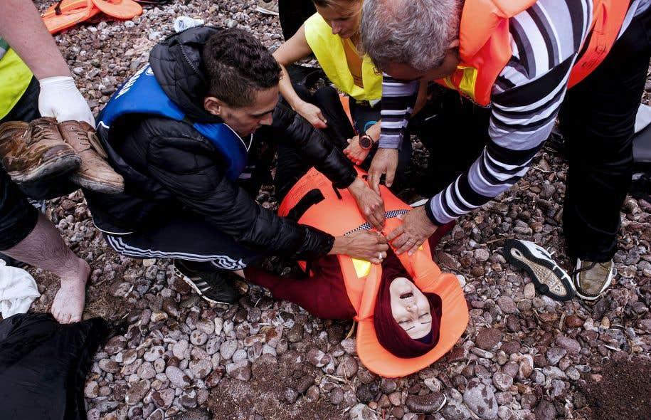 Une migrante syrienne, exténuée par la traversée de la mer Égée depuis la Turquie, a perdu connaissance mardi sur la grève de l'île grecque de Lesbos.
