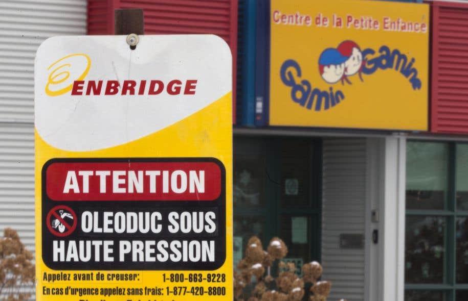 L'oléoduc 9B d'Enbridge traverse des secteurs résidentiels densément peuplés de plusieurs municipalités, dont Mirabel, Laval, Rivière-des-Prairies et Terrebonne. Il passe également dans la cour du centre de la petite enfance Gamin Gamine.