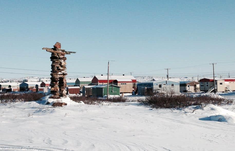 De modestes maisons colorées, construites sur pilotis, ont poussé le long des rues glacées de Kuujjuaq.<br />