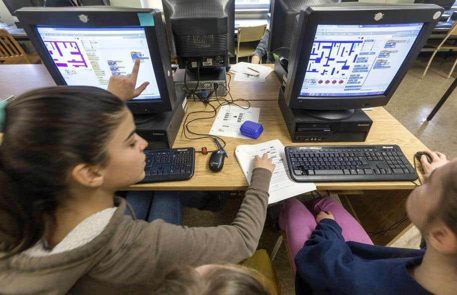 Un cours de programmation donné par la stagiaire Viviane Vallerand, à l'école Anne-Hébert de Québec.<br />