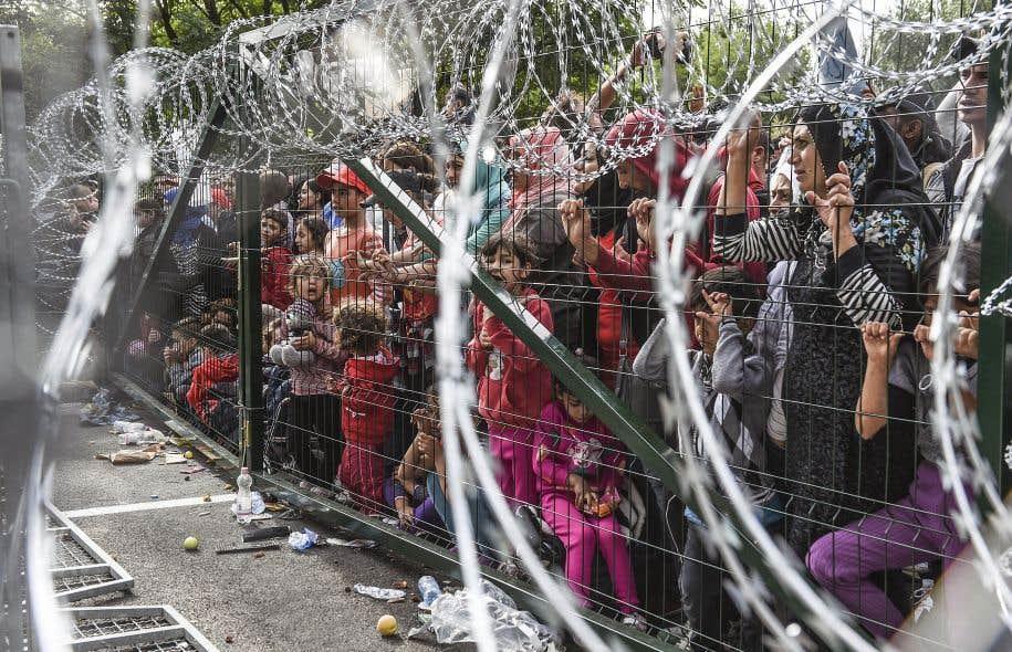 La «sécurisation» des frontières a échoué, dit François Crépeau. Sur cette photo prise en septembre dernier, des dizaines de migrants attendent à la frontière de la Hongrie et de la Serbie. Plusieurs pays européens ont réinstauré des contrôles aux frontières, tandis que d'autres ont érigé des clôtures.