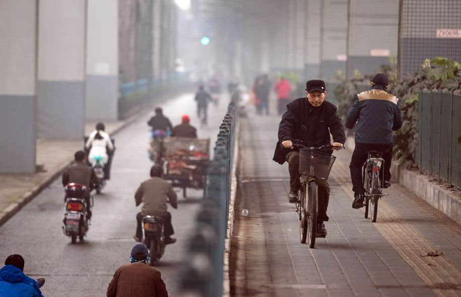 En Chine, des milliers de cyclistes subventionnés par l'État ont investi rues et places publiques dès les années 60 et 70.