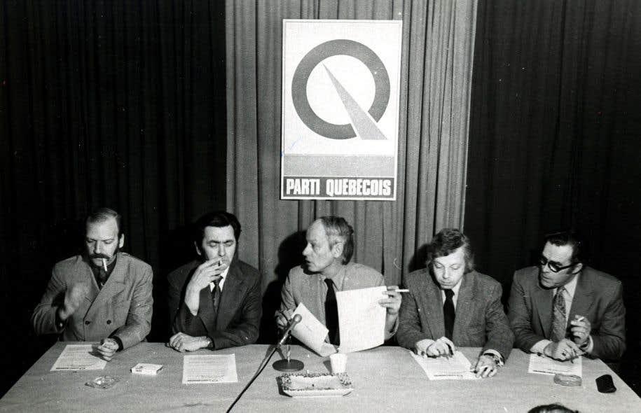 Robert Burns, à l'extrême gauche, alors qu'il était au PQ.