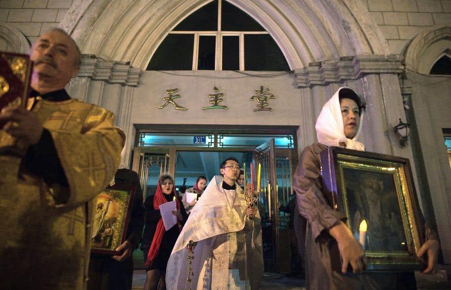 La messe de Pâques célébrée par Alexandre Yu Shi (au centre), le premier Chinois de l'histoire à avoir étudié dans un séminaire orthodoxe, a réuni des chrétiens chinois et expatriés.