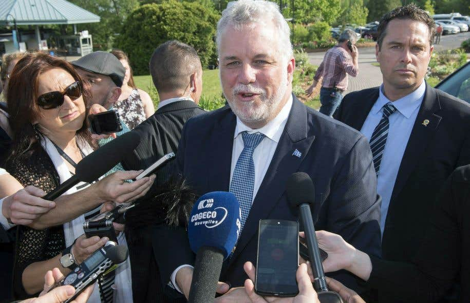 Le premier ministre Philippe Couillard a répondu aux questions des journalistes avant de prendre part au caucus spécial.