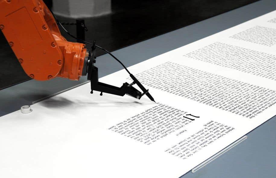 Dans l'œuvre «Bios» du collectif Robotlab, une main électronique écrit la Bible.