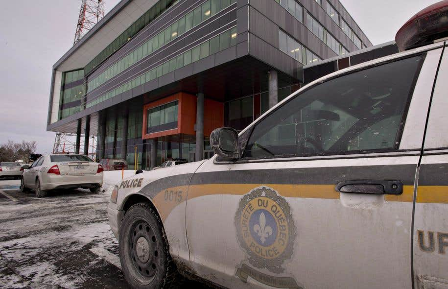 Les policiers aux bureaux de Roche à Québec, en janvier 2014