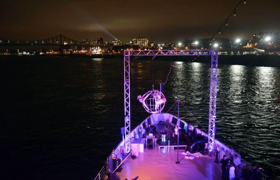 Le spectacle final sur le pont, celui spectaculaire du cirque et celui de Montréal tout en lumières, vue du fleuve.