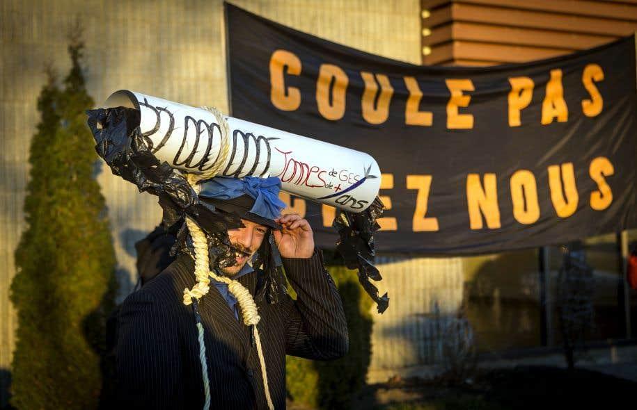 Le pétrole bitumineux de l'Alberta est sale, son extraction et son raffinement produisent énormément de gaz à effet de serre, et on l'envoie majoritairement vers les pays étrangers, selon Anne-Céline Guyon, coordonnatrice et porte-parole de Stop Oléoduc.