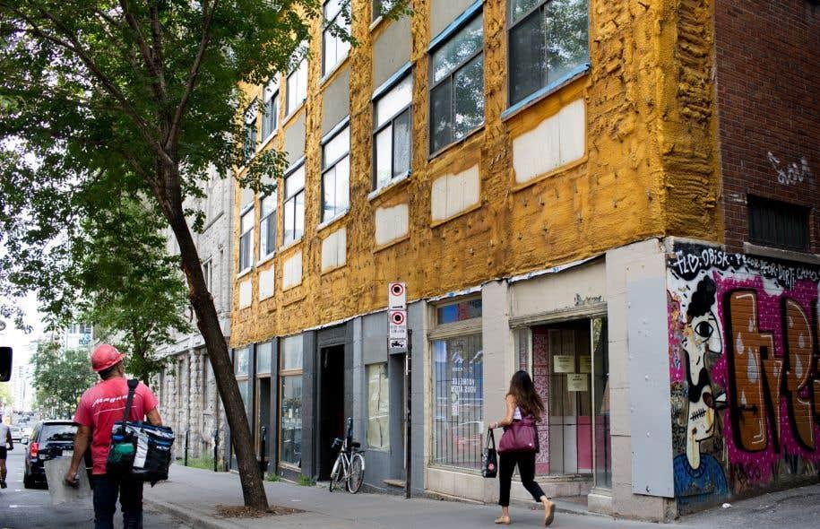 Façade abimée sur la rue De Bleury. «Une façade n'est pas qu'une décoration sur un mur rideau, c'est un filtre qui organise les relations entre l'espace public et l'espace privé», écrit Gérald McNichols Tétreault.
