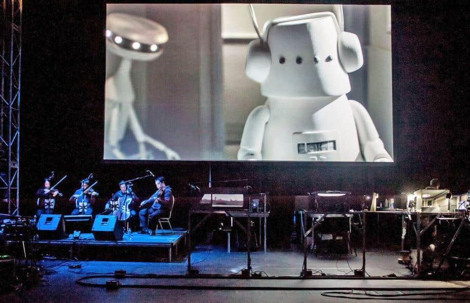 Durant le spectacle de plus d'une soixantaine de minutes, quatre caméras captent le travail des marionnettistes devant public, les images étant ensuite aiguillées et projetées en direct, pendant que Kid Koala et le Quatuor Afiara exécutent la trame sonore.
