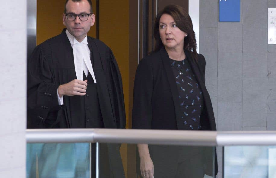 Nathalie Normandeau à son arrivée au palais de justice de Québec, lundi, avec son avocat Maxime Roy