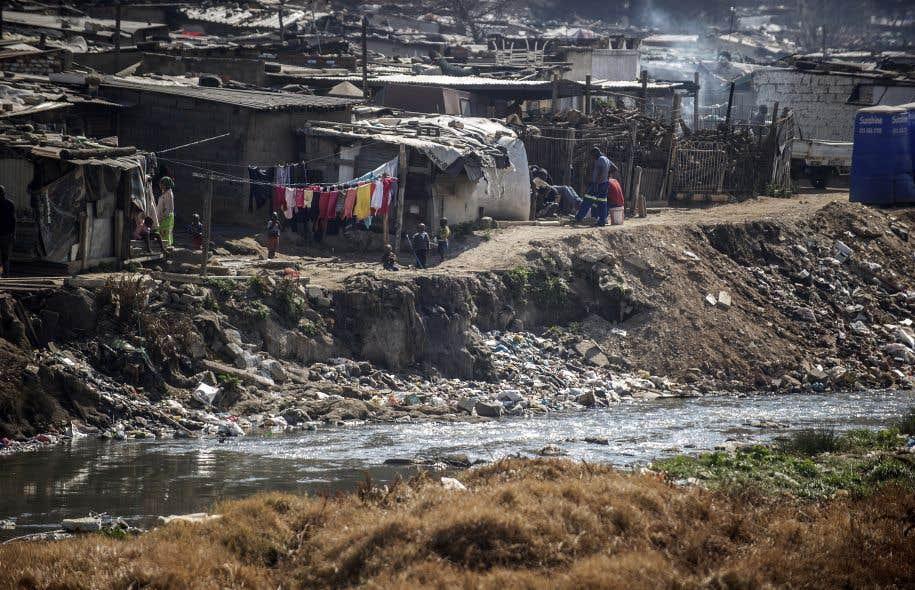 Jusqu'à 90% de la population, dans certains pays, a recours directement aux eaux de surface pour couvrir ses besoins en eau. Ci-dessus, une rivière contaminée par un rejet d'eaux usées près du <em>township</em> Alexandra, à Johannesburg.