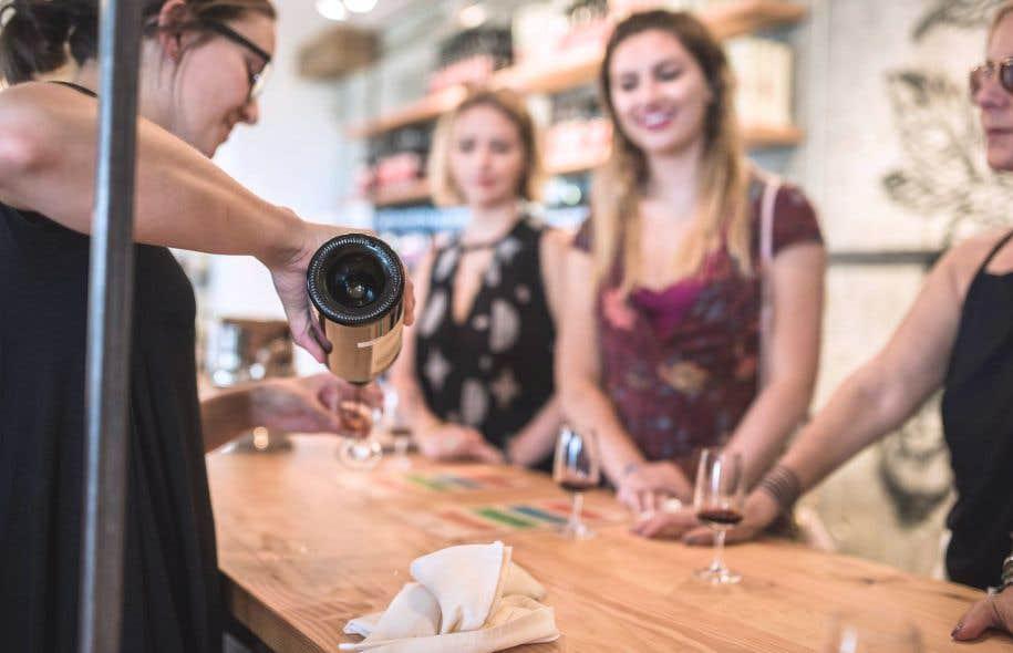 Même si le touriste s'est toujours nourri au cours d'un séjour, la propension à ce que cette activité devienne gourmande est plutôt récente. Ci-dessus : une dégustation de vin de cassis dans la cave de Cassis Monna Filles à Saint-Pierre-de-l'Île-d'Orléans.