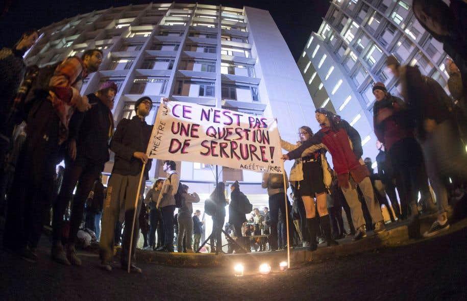Une vigile a été tenue à l'Université Laval, à Québec, le 19 octobre, en soutien aux victimes d'agressions sexuelles qui ont été attaquées sur ce campus.