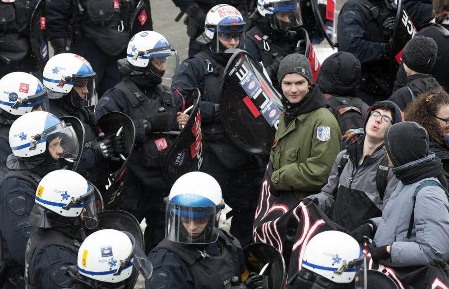 La Commission des droits de la personne et des droits de la jeunesse (CDPDJ) a tranché, en juillet2015, que la police de Québec avait arrêté des dizaines de manifestants pour la simple raison qu'ils portaient un carré rouge lors du printemps 2012.